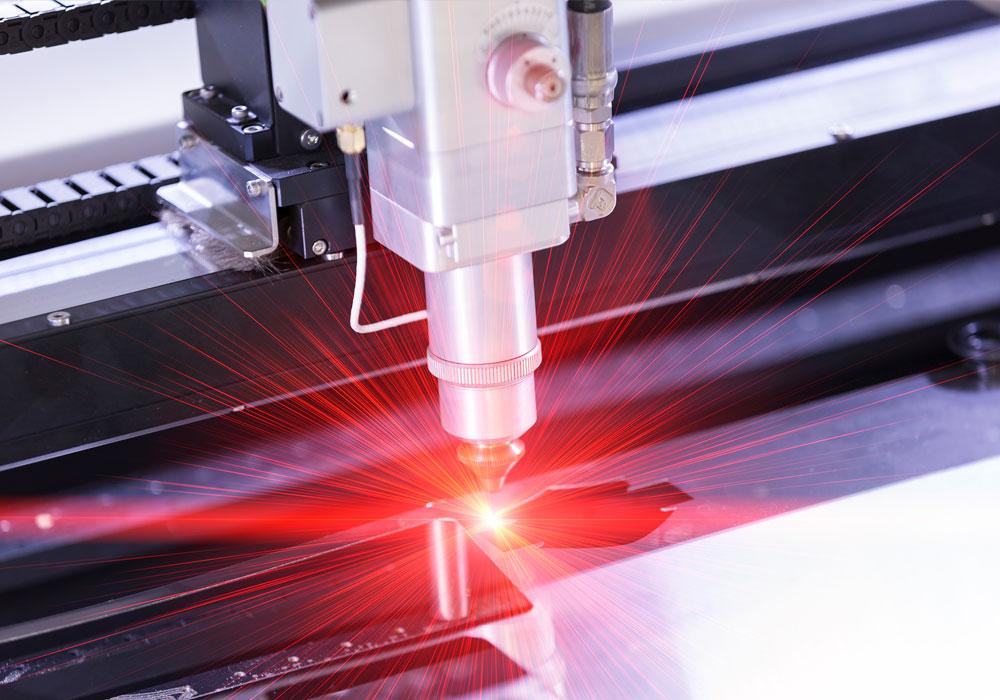 maquina cortando a laser
